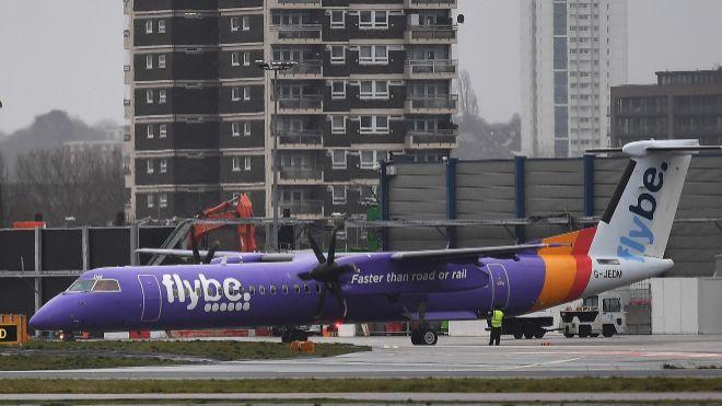 Avión de Flybe en el aeropuerto de Londres.