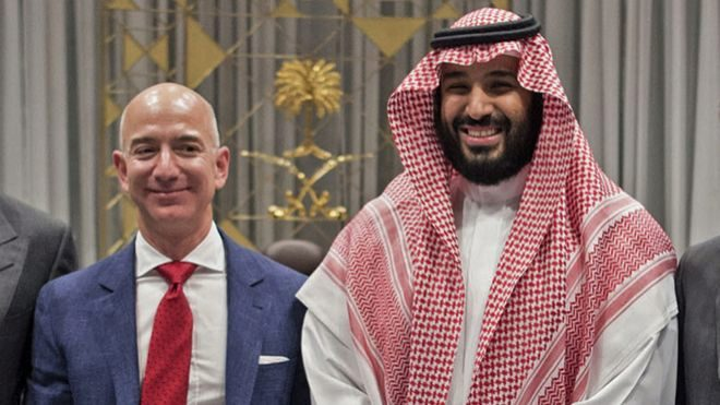 Foto de archivo de Jeff Bezos junto al príncipe saudí Mohammed bin...