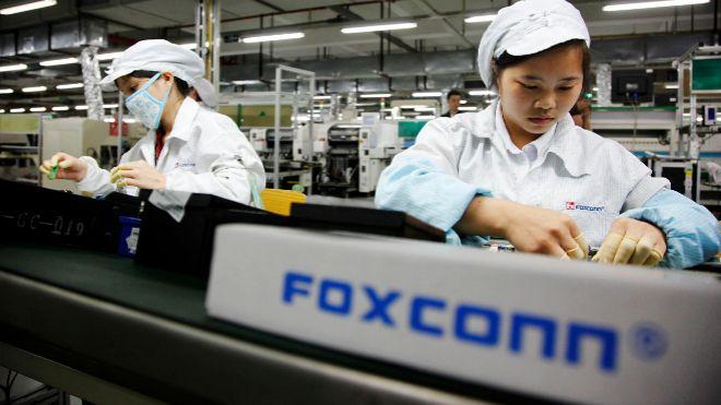 Trabajadores de la fábrica de Foxconn, en Shenzhen, en la provincia...