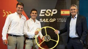Joan Cardona y Jordi Xammar, junto a Russell Coutts, director general...