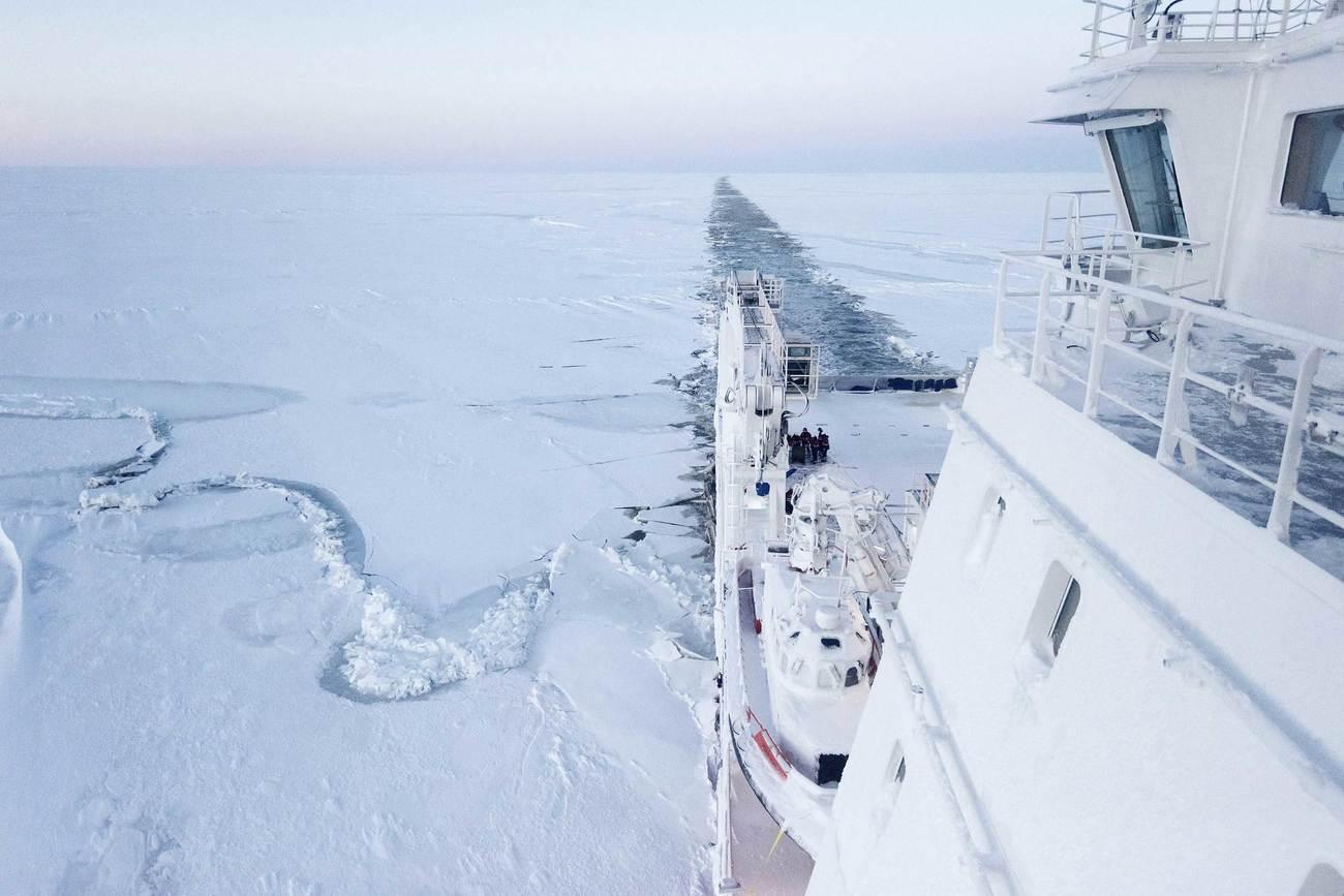 El barco de suministros Fedor Ushakov realiza una travesía a...