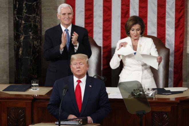 La congresista demócrata Nancy Pelosi (d) rompe este martes una copia del discurso sobre el Estado de la Unión del presidente estadounidense, Donald lt;HIT gt;Trump lt;/HIT gt; (c), al final de la intervención del mandatario, en Washington (EEUU).