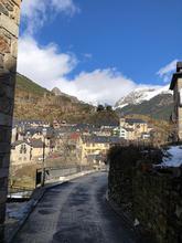 Es el típico pueblo del Pirineo aragonés plagado de típicas casonas...