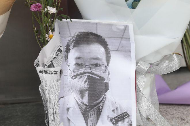 Foto de Li Wenliang, el médico chino que ha muerto esta noche por...