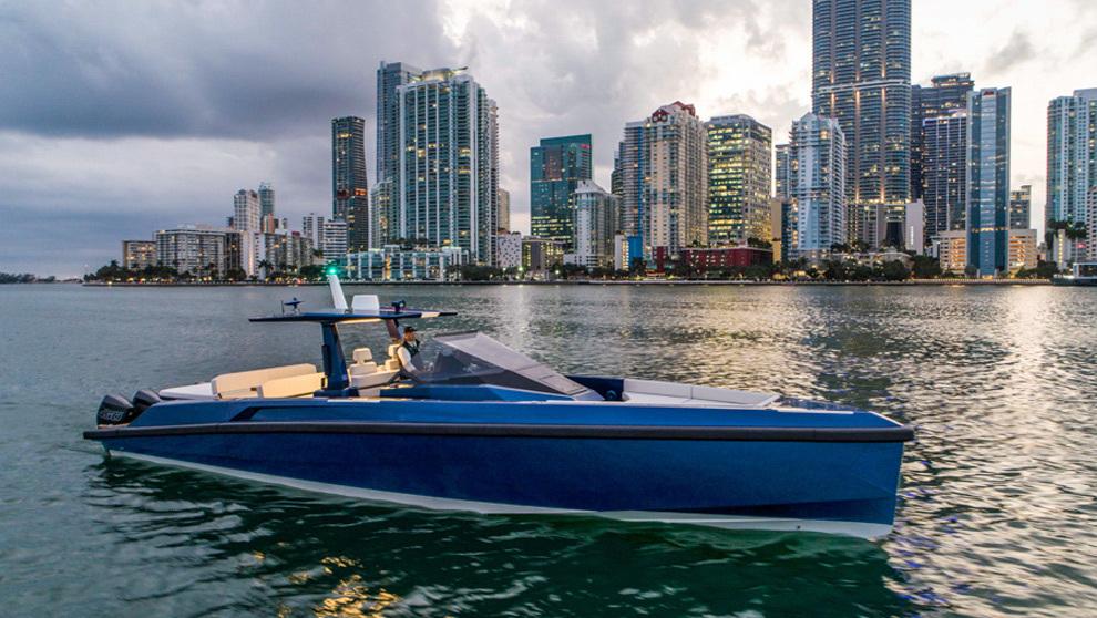 La nueva embarcación 48 Wallytender X navegando por la costa de...