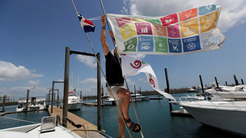 Un miembro de la expedición Oceanía-Blue Sea ajusta una bandera de...