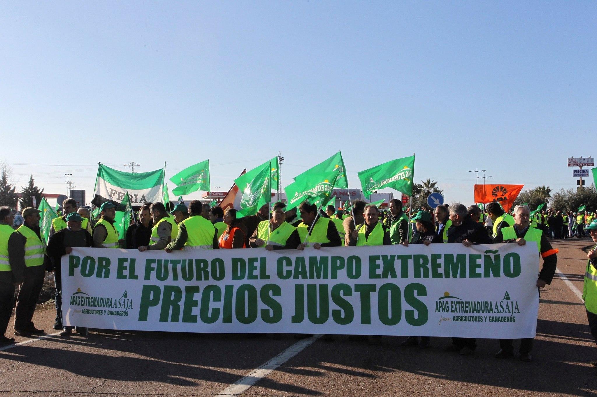Las protestas de los agricultores extremeños colapsan las autovías A-5 y A-66