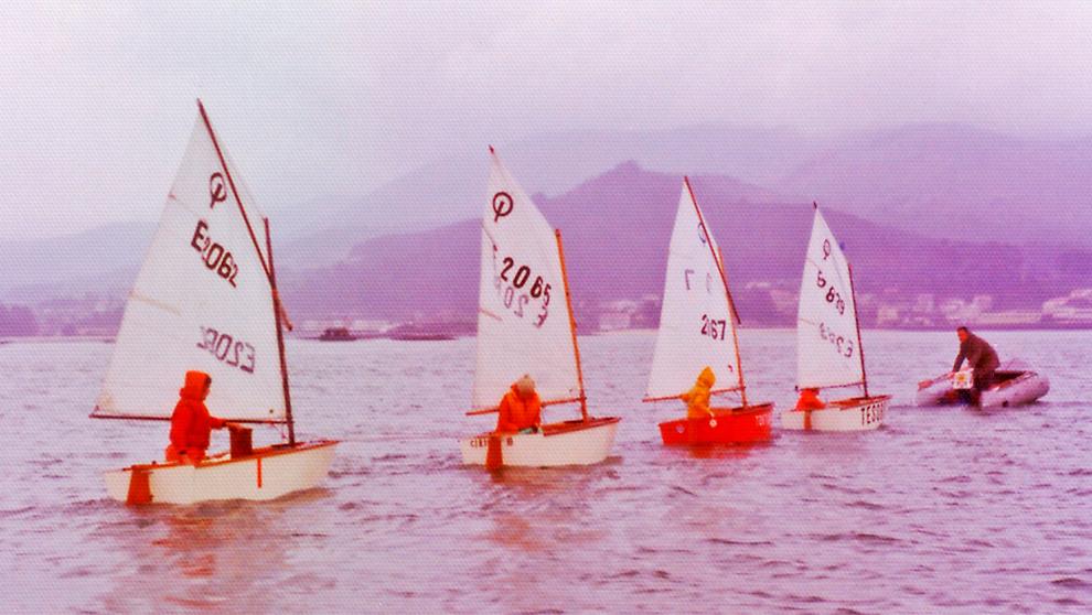 Cuatro unidades de Optimist de madera, en la bahía de Baiona. |...