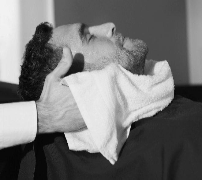 En la carta, los servicios se dividen en categorías: afeitado, cabello y faciales.
