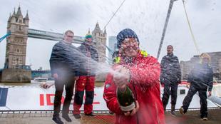 Francis Joyon celebra con champán el récord de la Ruta del Té a...