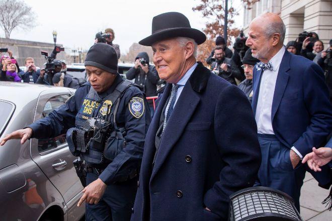 Roger Stone sale del juzgado de Washington DC en el que ha sido...