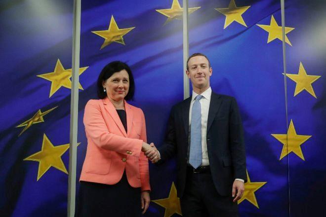 El CEO de Facebook, Mark Zuckerberg, junto a Vera Juorova,...