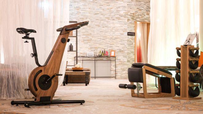 La bici estática de madera permite entrenar y tener un objeto bonito en el salón.