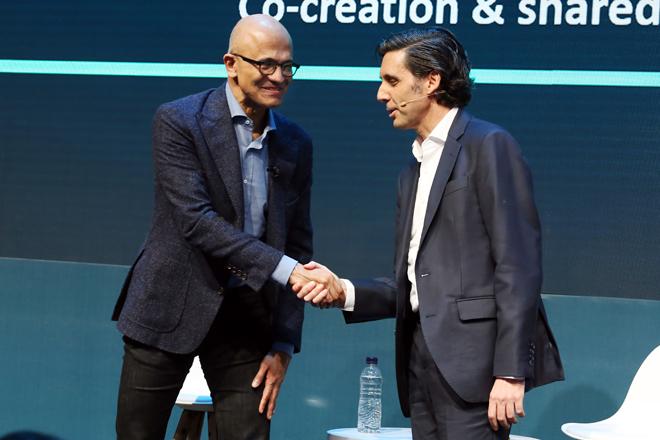 Satya Nadella, CEO de Microsoft, con José María Álvarez-Pallete,...