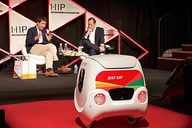 Yape, el robot repartidor, entrega un pedido a Patrik Bergareche, CEO...