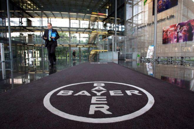 Logo de Bayer en su sede de Leverkusen, Alemania.