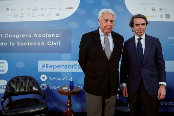 Los expresidentes, Felipe González (izquierda) y José María Aznar,...