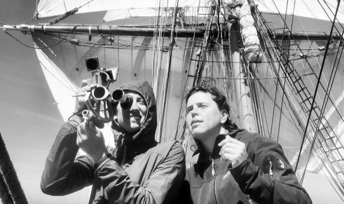 Maria Intxaustegi (dcha.), junto a otra tripulante con sextante. | M.I.