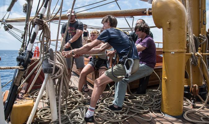 Varios tripulantes, trabajando en la cubierta del Bark Europa.