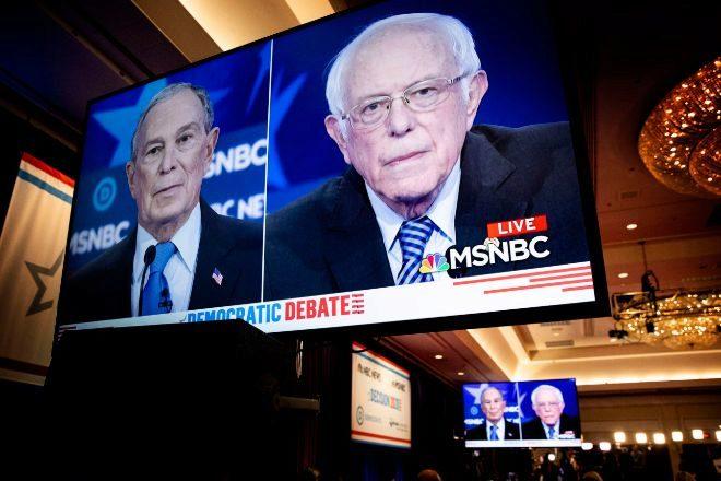 Michael Bloomberg (i) y Bernie Sanders.