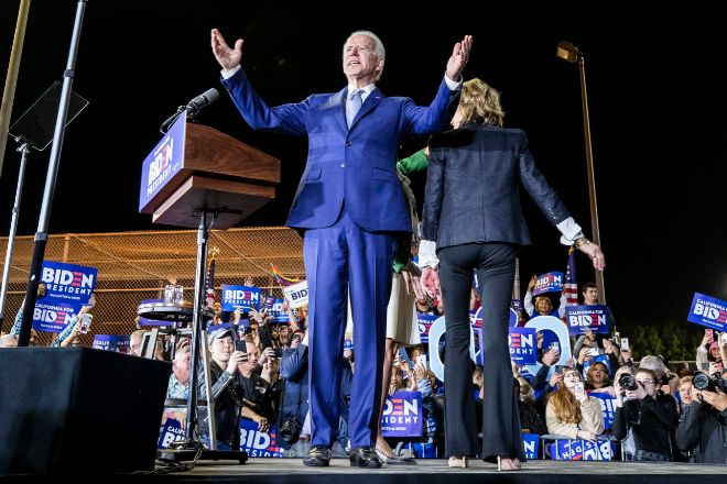 El ex vicepresidente de EE.UU, Joe Biden, celebra los resultados anoche en un evento en Los Ángeles (California).