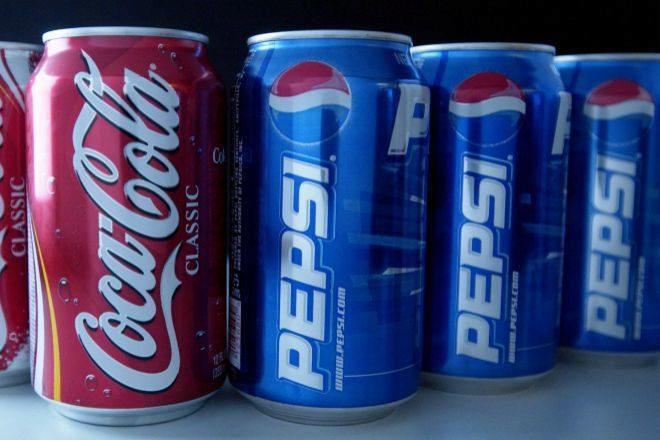 Latas de Coca-Cola y Pepsi.