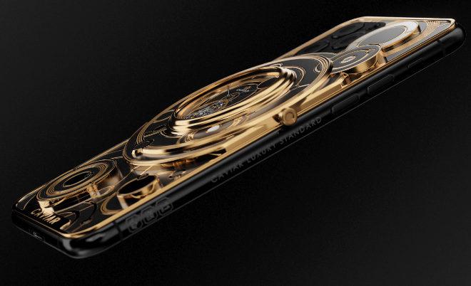 Con cubierta de oro y titanio, respeta el espacio de las tres cámaras pero en el centro ha decidido incorporar  un sofisticado mecanismo tourbillon.