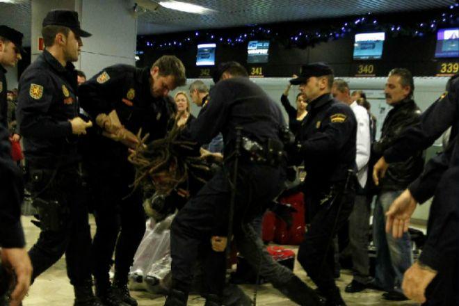 Varios policías reducen a un pasajero en el Aeropuerto de Barajas...