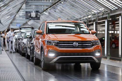 Imagen de un Volkswagen T-Cross saliendo de la línea de la planta de Volkswagen Navarra.