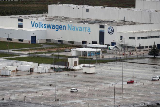 Imagen de la campa de Volkswagen Navarra, completamente vacía de vehículos de los trabajadores de la planta que ha cancelado su actividad industrial desde el turno de la noche de ayer y hasta nuevo aviso solicitando a su plantilla que no se incorpore a trabajar.