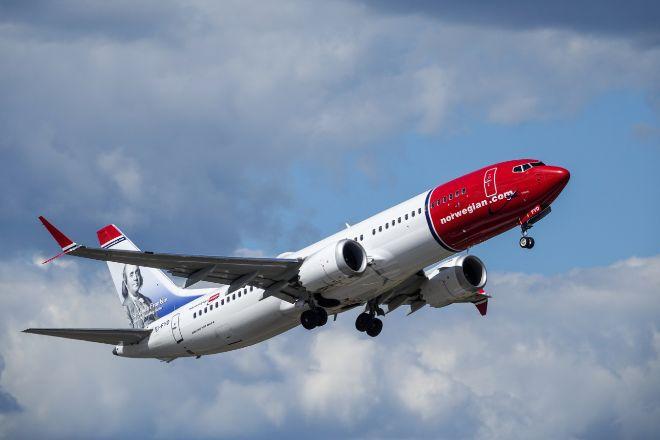 Avión de la aerolínea Norwegian en vuelo.