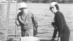 Albert Einstein, junto a su pareja Johanna Fantova a bordo del...
