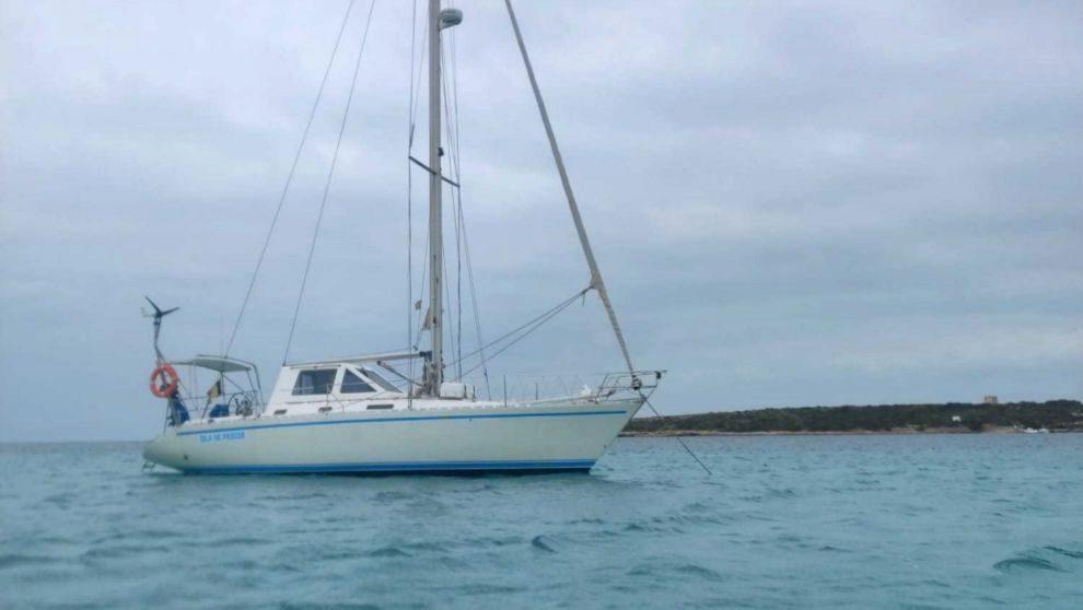 El velero Isla de Pascua, fondeado en Formentera, este miércoles.