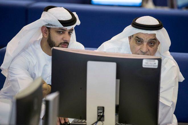 Traders mirando las pantallas en el mercado de Dubai.
