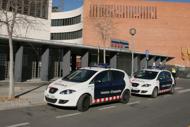 Unidades de los Mossos d'Esquadra en la comisaría de la policía...