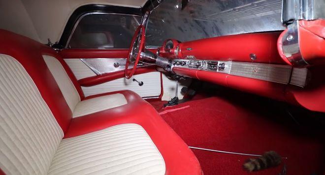 Interior del Ford Thunderbird 55.
