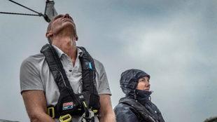 Dos tripulantes participantes en la Clipper Race 2019/20, durante una...