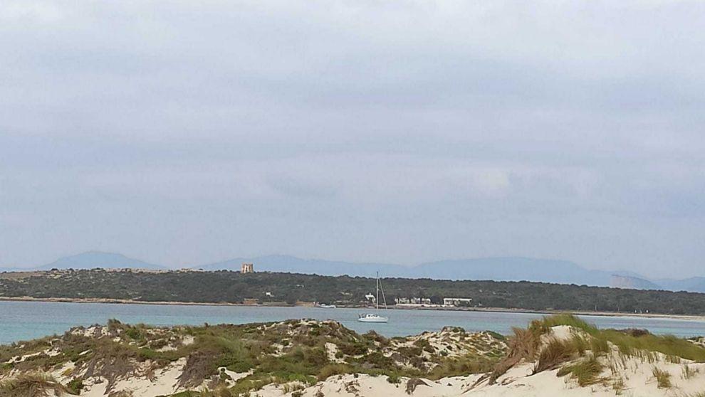 La embarcación Isla de Pascua, fondeada en  la cala de Espalmador,...