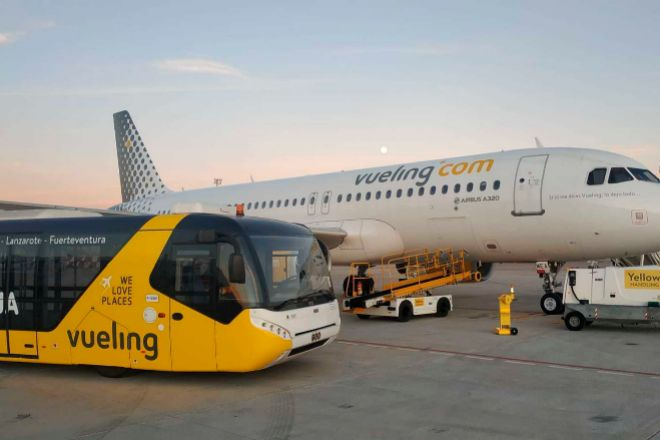 Avión de Vueling en el aeropuerto de Manises (Valencia).