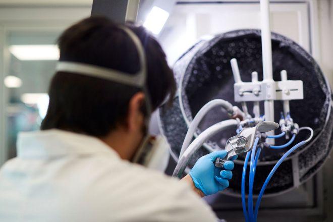 Un técnico trabaja en la fabricación, en impresoras de 3D, de...