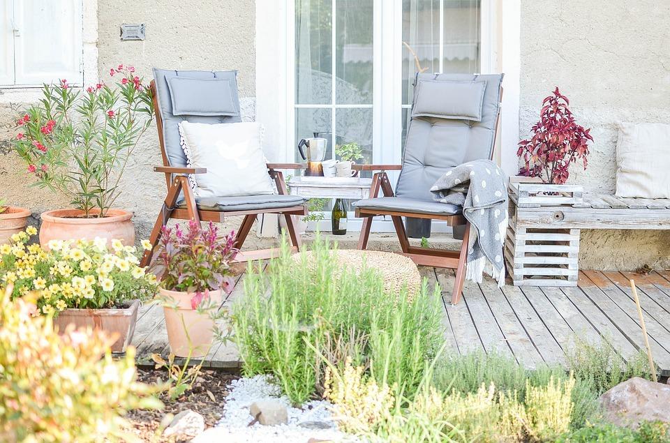 Los mejores muebles de jardín para diseñar tu propio parque botánico