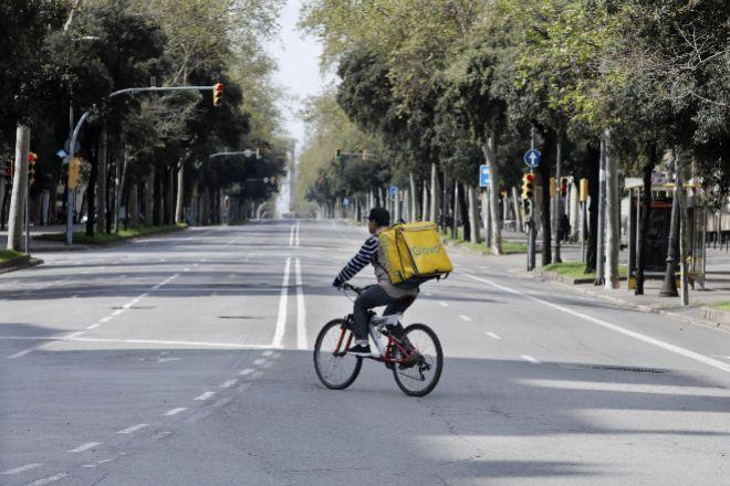 Repartidor cruza la calle Diagonal de Barcelona.