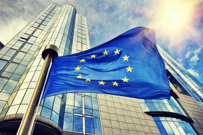 Bandera de la UE frente a la Comisión Europea.