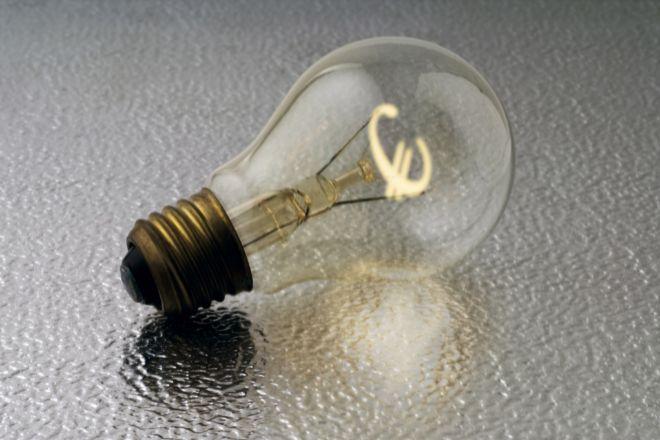 El recibo de la luz se abarata un 16% en marzo.