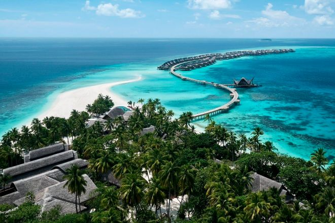 VISTA AÉREA DE LA ISLA DE MURAVANDHOO EN LAS ISLAS MALDIVAS, DONDE SE UBICA JOALI RESORT