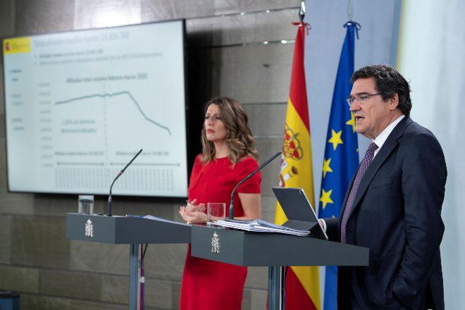 El ministro de Inclusión, Seguridad Social y Migracione, Jose Luis Escriva, y la ministra de Empleo, Yolanda Diaz.