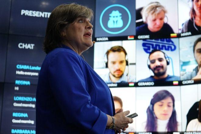 La profesora Gayle Allard, de IE, impartiendo una clase online en la...