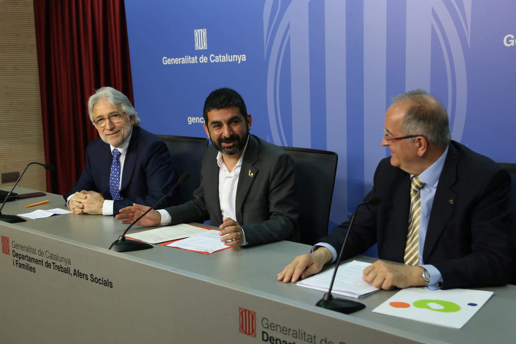 El conseller de Treball i Afers Socials, Chakir el Homrani, junto a...