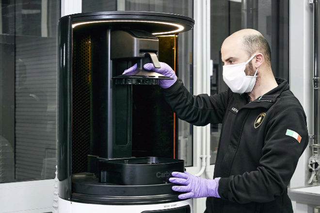 En la planta de Lamborghini en Sant'Agata Bolognese fabrican protectores de policarbonato con impresoras 3D con destino a los hospitales de Bolonia.