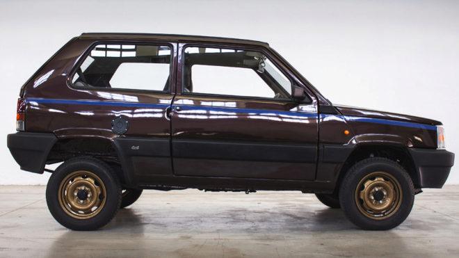 La versión Panderis luce carrocería en un verde oscuro con líneas azules en los laterales y llantas en amarillo oro.